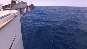 Seaview du bateau sur la belle mer clips vidéos