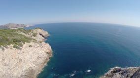 Seaview hermoso de los acantilados de Cala Rajada- vuelo aéreo, Mallorca almacen de video