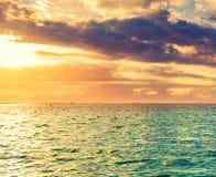 Seaview på solnedgången fantastisk liggande royaltyfria foton