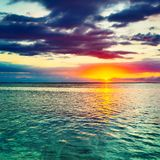 Seaview på solnedgången fantastisk liggande royaltyfria bilder
