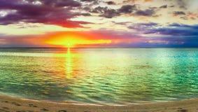 Seaview på solnedgången fantastisk liggande härlig panorama för strand royaltyfri bild