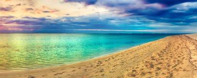 Seaview på solnedgången fantastisk liggande härlig panorama för strand fotografering för bildbyråer
