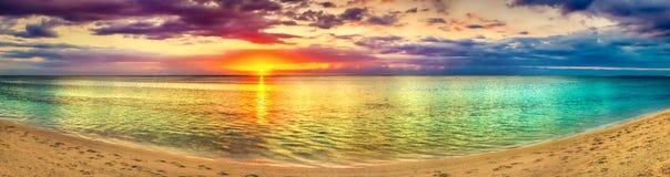Seaview på solnedgången fantastisk liggande härlig panorama för strand arkivbilder