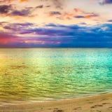 Seaview på solnedgången fantastisk liggande Härlig sandig strand royaltyfria bilder