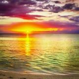 Seaview på solnedgången fantastisk liggande Härlig sandig strand arkivfoton