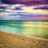 Seaview på solnedgången fantastisk liggande Härlig sandig strand arkivfoto
