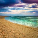 Seaview på solnedgången fantastisk liggande Härlig sandig strand fotografering för bildbyråer
