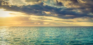 Seaview på solnedgången fantastisk liggande panorama arkivfoton