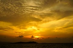 Seaview panorámico hermoso del copyspace de la puesta del sol con los tonos hermosos del cielo anaranjado suavemente ancho del co Foto de archivo libre de regalías