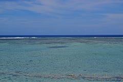 Seaview z horyzontem który oddziela wodę i niebo z płytką wodą ma wielką widoczność Zdjęcie Stock