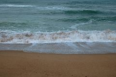 SEAWATER bielu I BACKWASH piana NA plaży fotografia stock