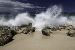 Seawater chełbotanie przeciw linii brzegowej Obraz Royalty Free