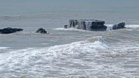 Seawater płynie z kamieniami Uluwatu skały Fotografia Stock