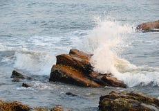 Seawave che colpisce contro la roccia e la spruzzatura delle goccioline di acqua Fotografia Stock Libera da Diritti