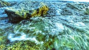Seawave et roche dans le ton vert image libre de droits