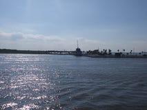 Seawolf parkerar sett i avståndet från den Galveston färjaritten fotografering för bildbyråer