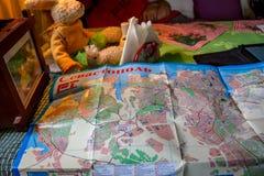 SEBASTOPOLI, CRIMEA - SETTEMBRE 2014: Compilazione di un itinerario turistico sulla mappa di Sebastopoli fotografia stock libera da diritti