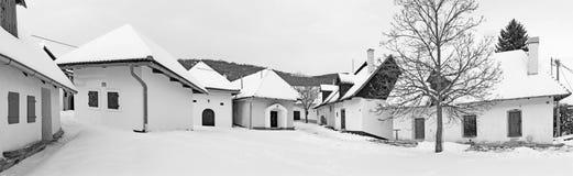 Sebechleby - die Panoramaregelung von alten Rebkellerhäusern von mittlerer Slowakei Stara Hora im Winter Stockfotos