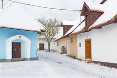Sebechleby - le règlement de vieilles maisons de cave de vigne de Slovaquie moyenne Stara Hora en hiver photos libres de droits