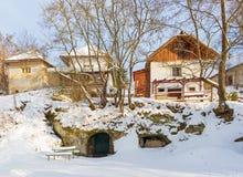 Sebechleby - porticoes van de oude huizen van de wijnstokkelder van middenslowakije Stara Hora in de winter Royalty-vrije Stock Foto's