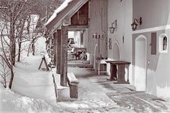 Sebechleby - porticoes van de oude huizen van de wijnstokkelder van middenslowakije Stara Hora in de winter Stock Foto