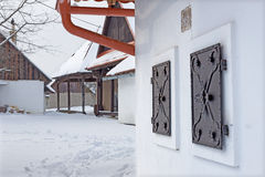Sebechleby - porticoes van de oude huizen van de wijnstokkelder van middenslowakije Stara Hora in de winter Stock Afbeeldingen