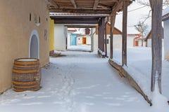 Sebechleby - porticoes van de oude huizen van de wijnstokkelder van middenslowakije Stara Hora in de winter Stock Fotografie