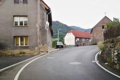 Sebuzin,捷克共和国- 2012年8月04日:归档与村庄Sebuzin细节的照片有沥青路线、老房子和停放的c的 免版税库存图片