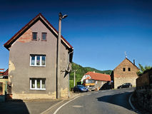 Sebuzin, чехия - 19-ое мая 2017: деталь деревни Sebuzin с путем асфальта, старых домов и припаркованного автомобиля Opel Astra h  Стоковые Фото