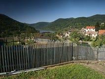 Sebuzin, República Checa - 19 de mayo de 2017: visión desde la cerca de madera al pueblo de Sebuzin con el valle del río europeo  Foto de archivo