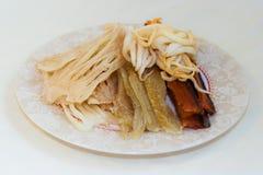 Sec calamari salé et fumé de calmar et poissons - fruits de mer en cuisine d'Extrême-Orient russe Photographie stock libre de droits