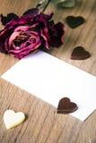 Sec se sont levés, la carte de visite professionnelle de visite et les coeurs vides de chocolat Image libre de droits