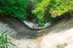 Sec vers le haut de l'eau du canal Image stock