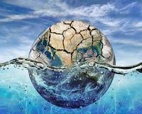 Sec vers le haut de la planète immergée dans les eaux de l'océan du monde Image stock