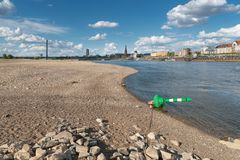 Seca em Alemanha, maré baixa em Rhine River Foto de Stock Royalty Free