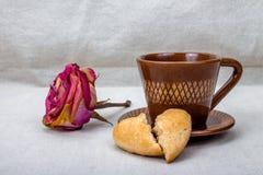 Secado aumentaram, as cookies do coração quebrado, xícara de café Imagens de Stock