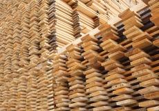 Secado de los tablones de la madera del pino Fotos de archivo libres de regalías