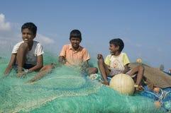Secado de redes de pesca imagen de archivo