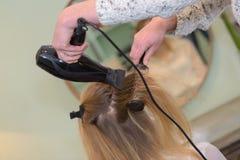 Secador de cabelo do secador do cabelo no salão de beleza fotos de stock