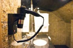 Secador de pelo del cuarto de baño imagenes de archivo