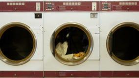 Secador de roupa comercial com fugas claras vídeos de arquivo