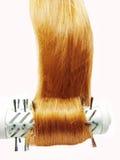 Secador del cepillo de pelo con el pelo rojo en él fotos de archivo libres de regalías