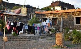 Secagem da lavanderia, roupa, pinos coloridos, casa, Cabo Verde Imagem de Stock