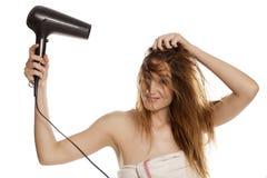 Secagem da mulher seu cabelo imagens de stock royalty free