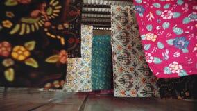 Secagem da tela do Batik em cordas na fábrica em Java, Indonésia vídeos de arquivo