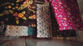 Secagem da tela do Batik em cordas na fábrica em Java, Indonésia filme