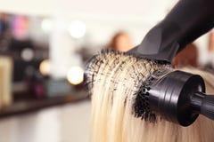Secagem do cabelo no salão de beleza, foto de stock royalty free