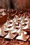 Secagem do dishware de Maroccan antes de roasting Imagens de Stock