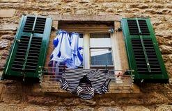 Secagem do roupa interior na janela fotografia de stock