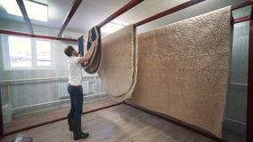 Secagem dos tapetes na sala com ionização do ar video estoque